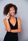 Femme afro-américaine parlant au téléphone Photo stock