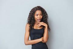 Femme afro-américaine soumise à une contrainte criant Photos stock
