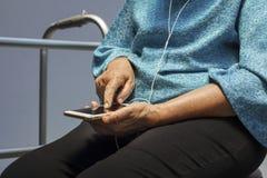 Femme agée à l'aide du téléphone portable Image stock