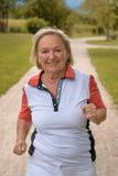Femme agée active en bonne santé pulsant  Images stock