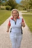 Femme agée active en bonne santé pulsant  Image stock