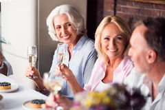 Femme agée appréciant la célébration avec sa famille Photos libres de droits
