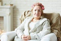 Femme agée avec des rouleaux de cheveux Photo libre de droits