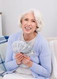 Femme agée avec l'argent Photos stock