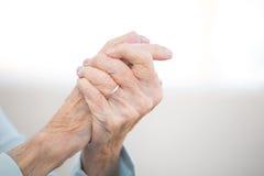 Femme agée avec l'arthrite Photographie stock libre de droits