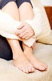 Femme agée avec la dépression se reposant sur le divan Photos stock