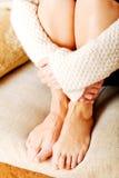 Femme agée avec la dépression se reposant sur le divan Photos libres de droits