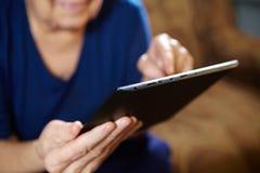 Femme agée avec la tablette images libres de droits