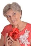 Femme agée avec le cadeau Photographie stock