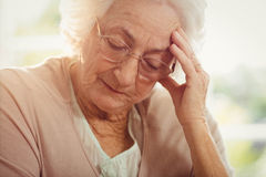 Femme agée avec le mal de tête Images stock