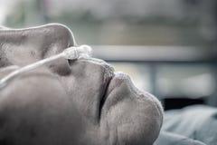 Femme agée avec le tube de respiration nasal Photographie stock
