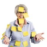 Femme agée avec les notes jaunes Photographie stock