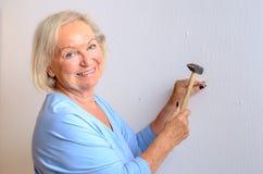 Femme agée capable de sourire faisant DIY image libre de droits