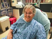 Femme agée dans le lit d'hôpital en tant que patient Photographie stock