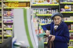 Femme agée dans une pharmacie images libres de droits