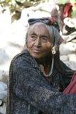Femme agée de Brokpa/Drokpa dans Dha, Inde Photographie stock