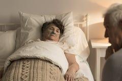 Femme agée de mort à la maison Image libre de droits