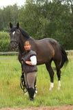 Femme agée de sourire heureuse et portrait noir de cheval Photographie stock