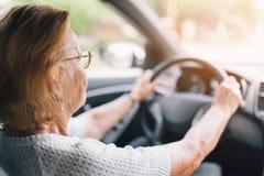 Femme agée derrière le volant photographie stock libre de droits