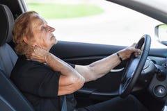 Femme agée derrière le volant image stock