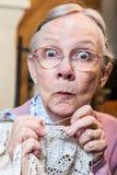 Femme agée drôle avec le crochet photos stock