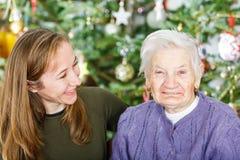 Femme agée et jeune soignant Photo libre de droits