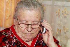 Femme agée et téléphone portable Image stock