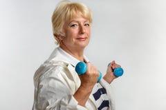 Femme agée faisant des exercices avec des haltères Photo libre de droits