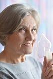 Femme agée faisant l'inhalation Photographie stock libre de droits