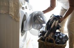 Femme agée faisant une blanchisserie images stock