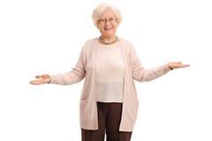 Femme agée gaie faisant des gestes avec ses mains Image libre de droits
