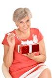 Femme agée heureuse avec le cadeau Images stock