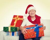 Femme agée heureuse avec le cadeau de boîte de Noël - concept de vacances Photos stock