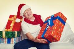 Femme agée heureuse avec le cadeau de boîte de Noël - concept de vacances Photographie stock libre de droits