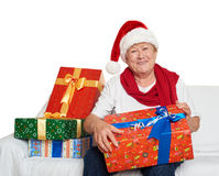 Femme agée heureuse avec le cadeau de boîte de Noël - concept de vacances Photo stock