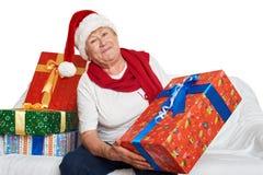 Femme agée heureuse avec le cadeau de boîte de Noël - concept de vacances Photos libres de droits