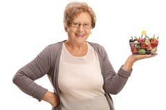 Femme agée heureuse tenant un petit panier à provisions Image libre de droits