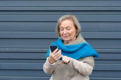 Femme agée intuitive de technologie attrayante Photo libre de droits