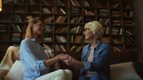 Femme agée joyeuse et sa fille parlant merci à la maison banque de vidéos
