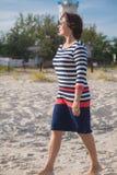 Femme agée marchant sur la plage photo stock