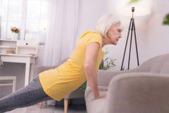 Femme agée mince faisant des pousées Photo stock