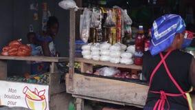 Femme agée se vendant au marché banque de vidéos