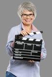 Femme agée tenant un bardeau Photographie stock