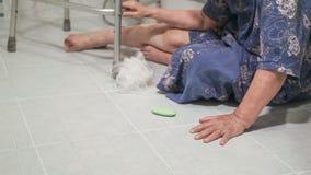 Femme agée tombant dans la salle de bains