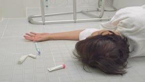 Femme agée tombant dans la salle de bains banque de vidéos