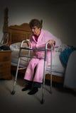Femme agée vivante aidée de maison de repos Photos libres de droits