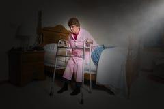 Femme agée vivante aidée de maison de repos Photos stock
