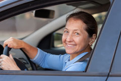 Femme agée dans la voiture Image stock