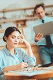 Femme agréable écrivant ses idées sur le papier photos stock