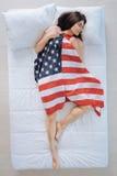 Femme agréable avec plaisir étant couverte de drapeau américain photos stock